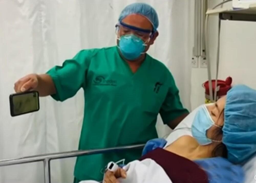 pacientes que reciben video llamadas en las clínicas.jpg