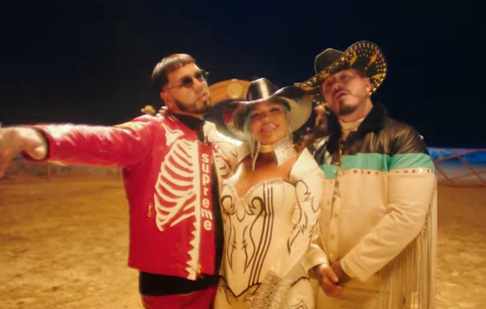 Karol G, J Balvin y Anuel AA en el video de Location