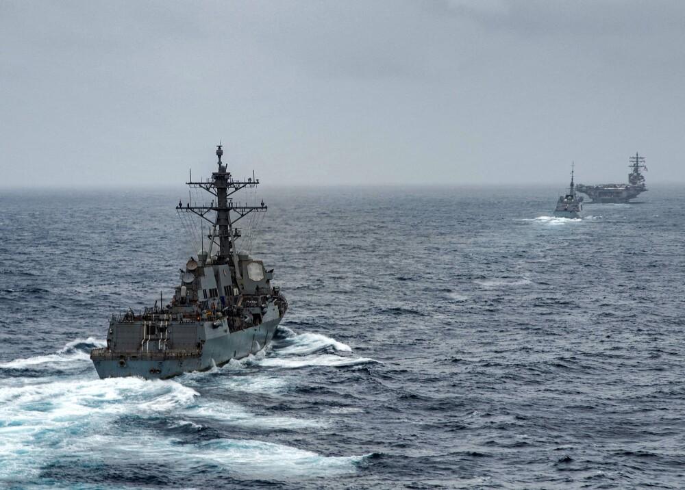 el destructor de misiles guiados USS Halsey (DDG 97), la fragata de la Armada francesa FS Languedoc (D653) y el portaaviones USS Ronald Reagan (CVN 76) Foto AFP_US NAVY.jpg