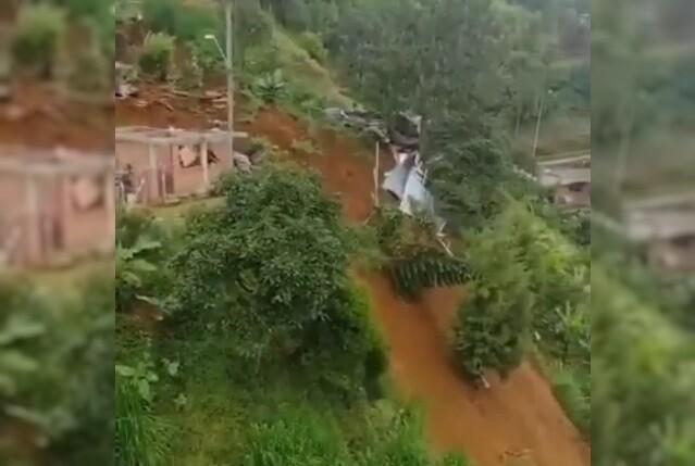 colapsan viviendas por movimiento en masa en Medellín