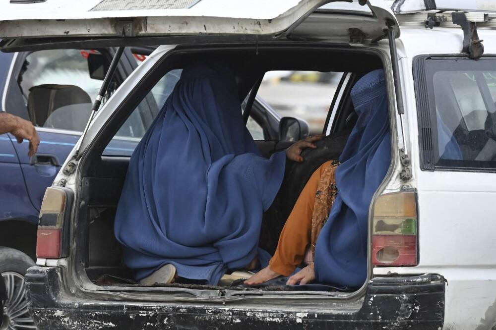 Soldados vestidos de mujeres en Afganistán