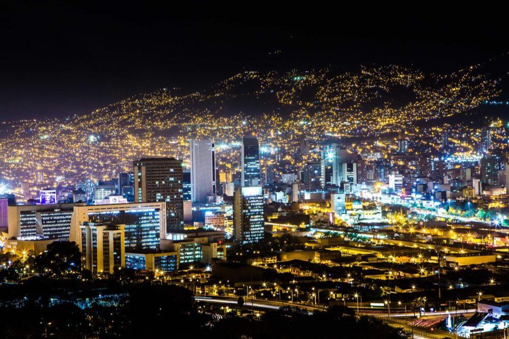 Polémica por oferta de servicios sexuales en tours aéreos en Medellín.