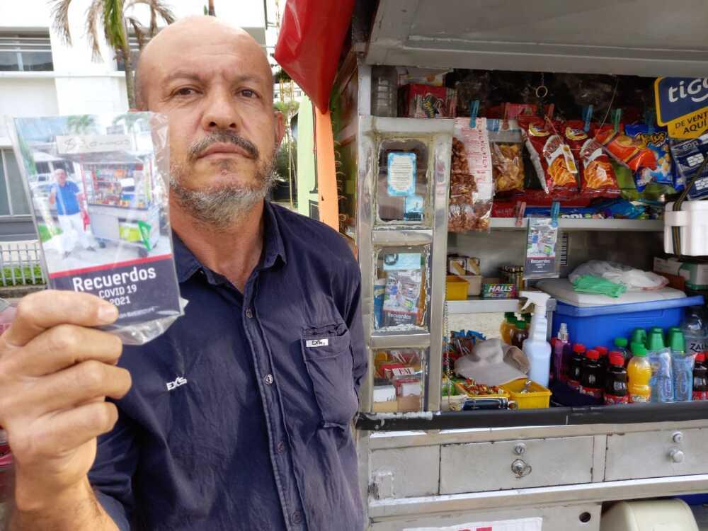 Jaime Hernán Betancur vendedor de dulces que escribe libros.jpeg