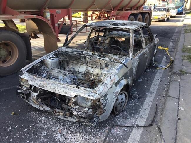 carro incinerado disturbios en bogota.jpg