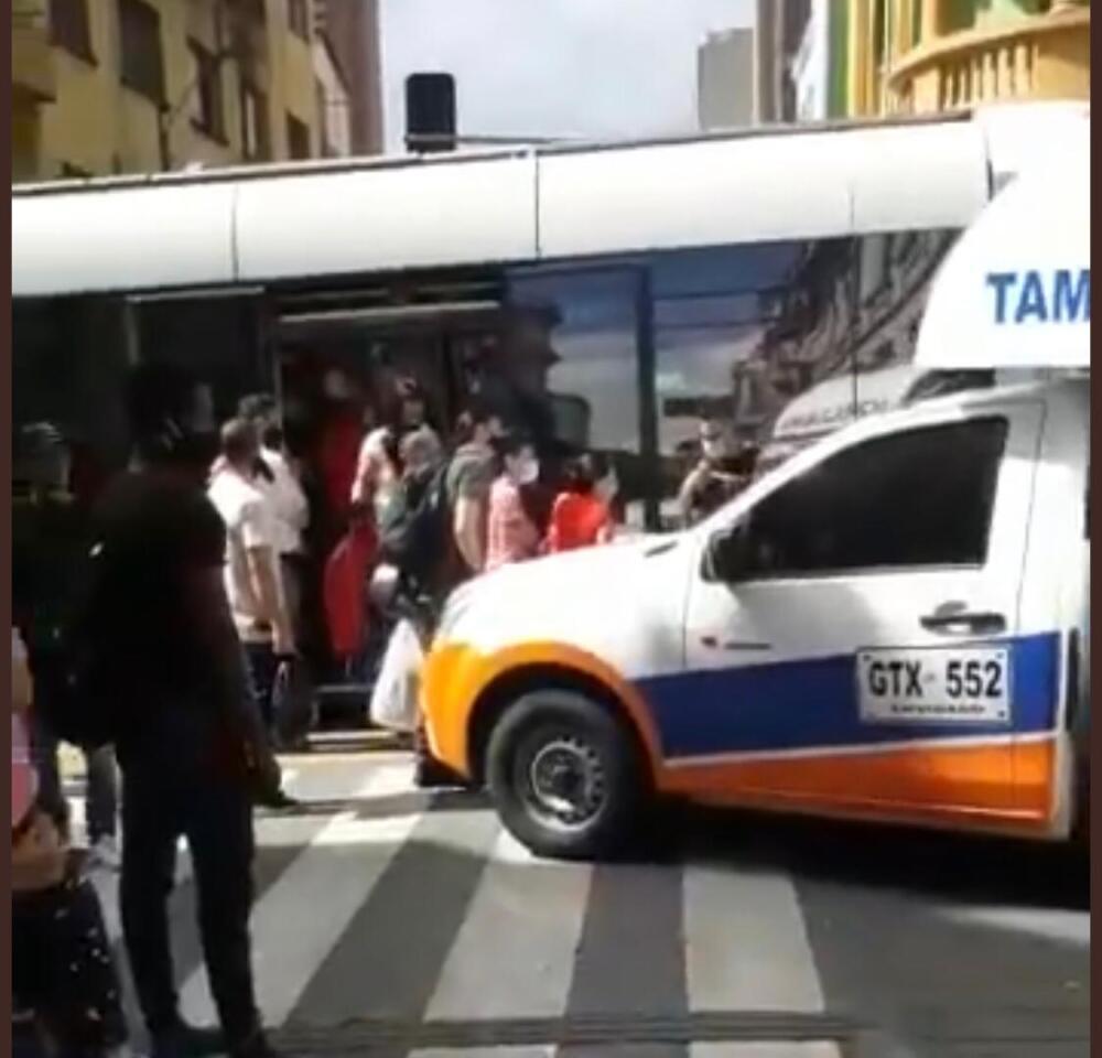 Ambulancia chocó contra el Tranvía en Medellín