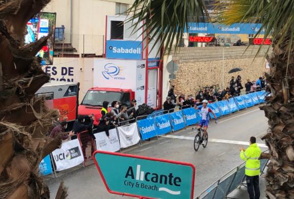 Miles Scotson ganó la etapa 1 de la Vuelta a la Comunidad Valenciana.