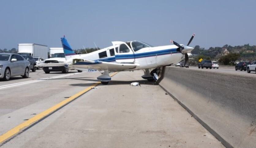 Avioneta aterrizó de emergencia en una autopista de EE.UU..jpg
