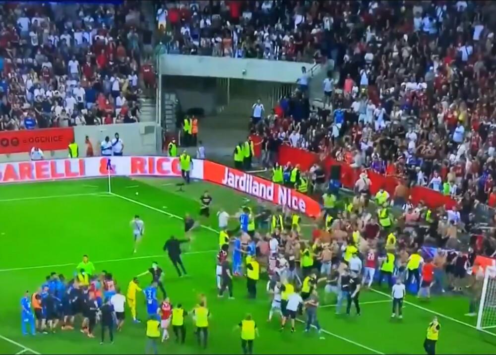 Hinchas invadieron el campo de juego en el partido del Niza Foto Captura de video.jpg