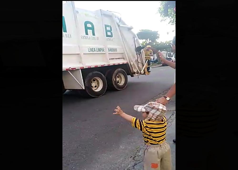 347506_BLU Radio. Niño Juan Martín saluda a los operarios de la Emab / Foto: suministrada