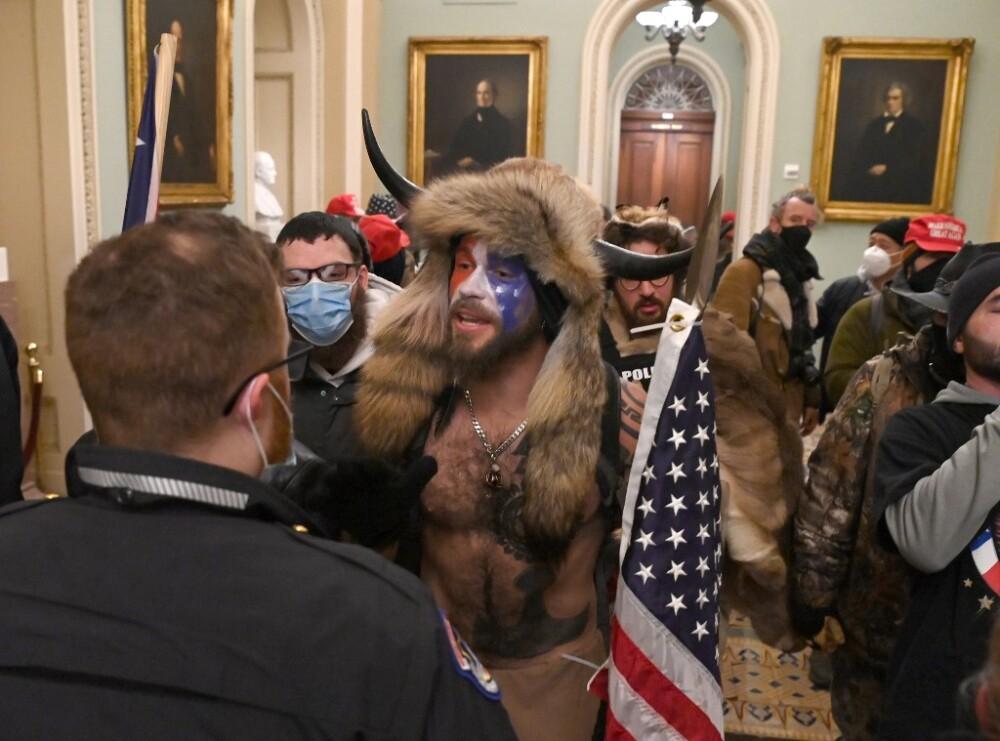 Jake Angeli durante la toma del Capitolio de EE.UU.