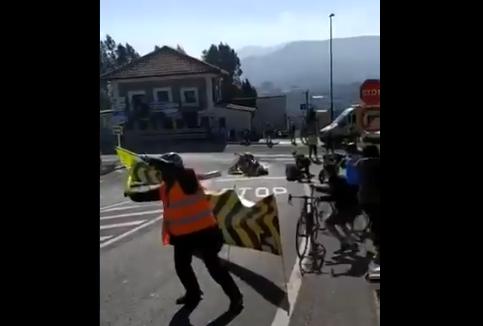 Una moto se fue al suelo en la etapa 1 de la Vuelta al País Vasco.