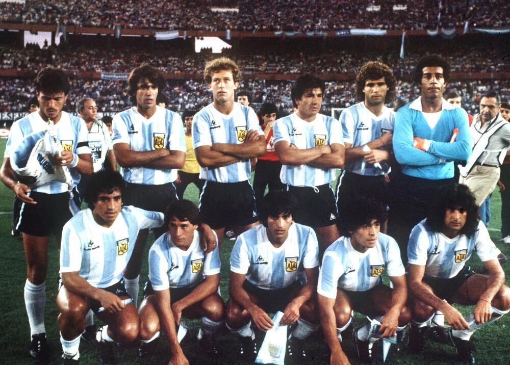 Selección Argentina 1982 Maradona y Mario Alberto Kempes a su lado.jpg