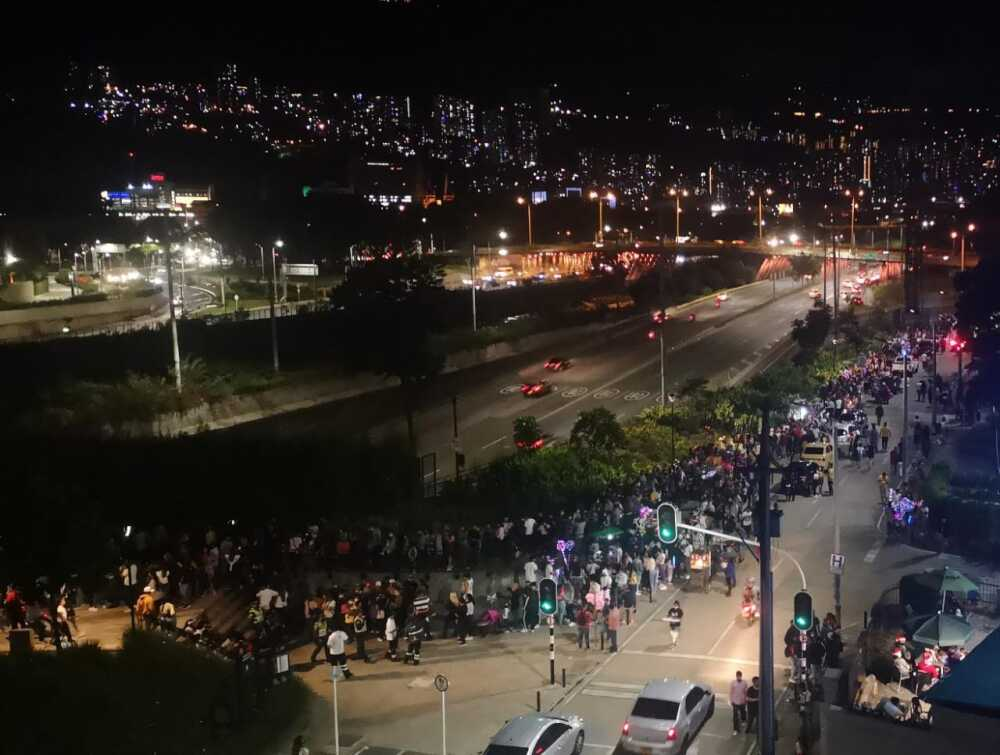 Aglomeración en Parques del Río, Medellín.jpeg