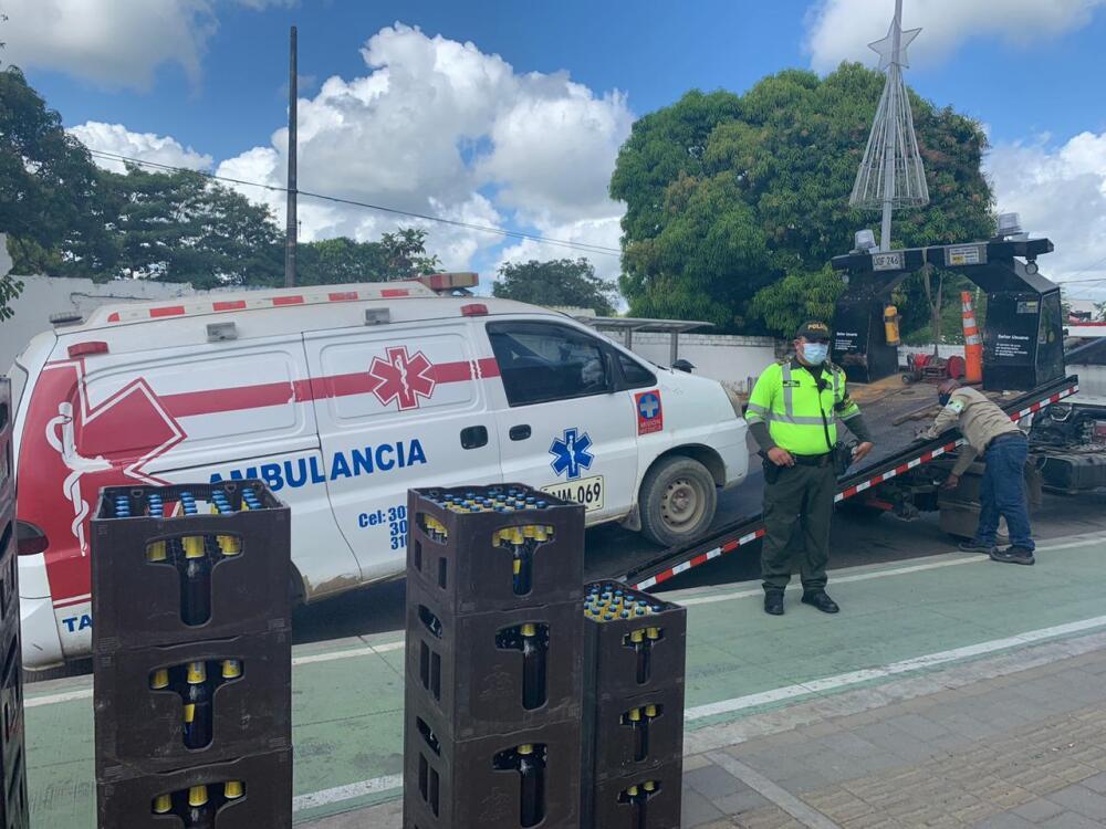 ambulancia cargada de cerveza en monteria.jpeg