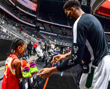 Giannis Antetokounmpo le dio un regalo a un niño en juego de la NBA.