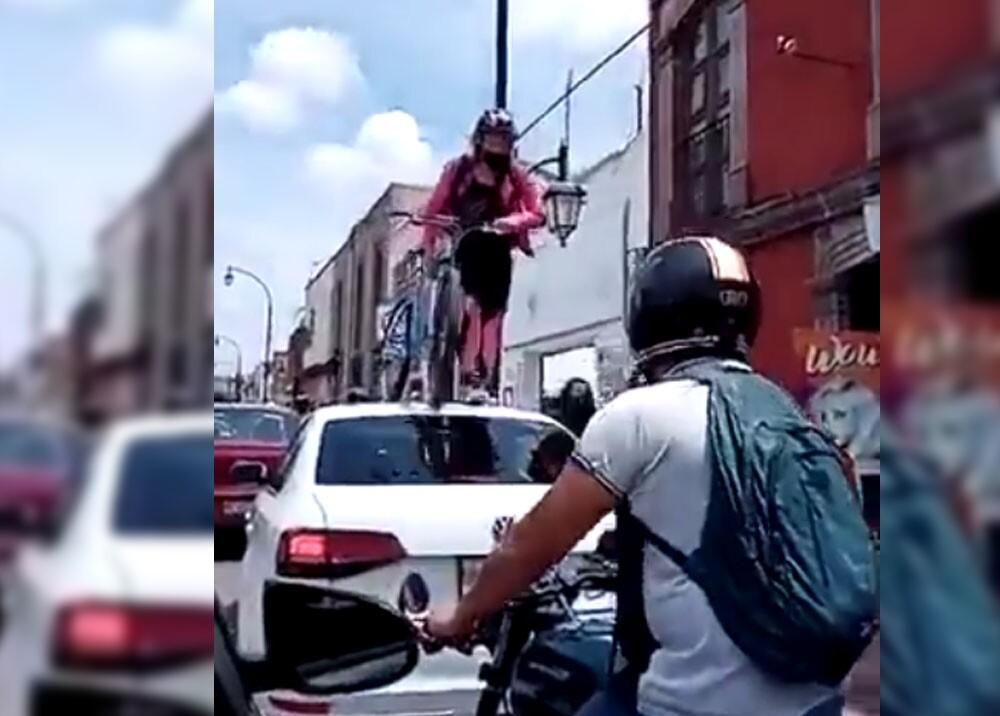 ciclista enojada que paso por encima de carro lujoso  y es viral.jpg