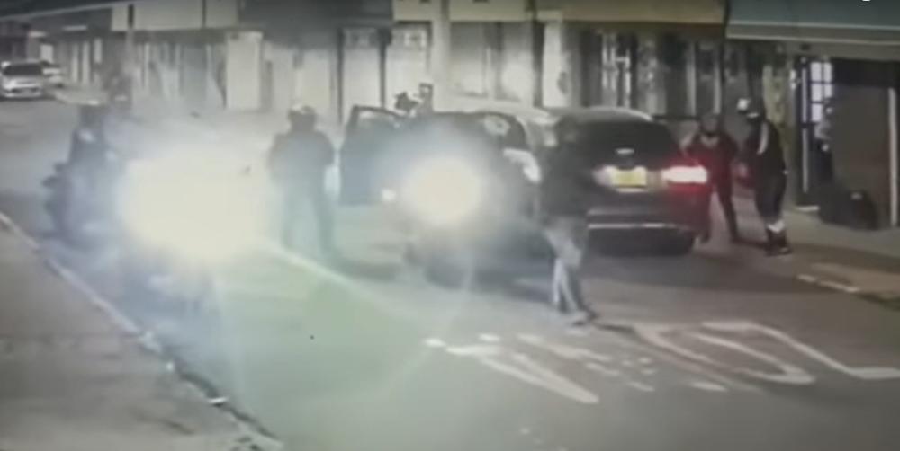 Ladrones en moto roban familia .png