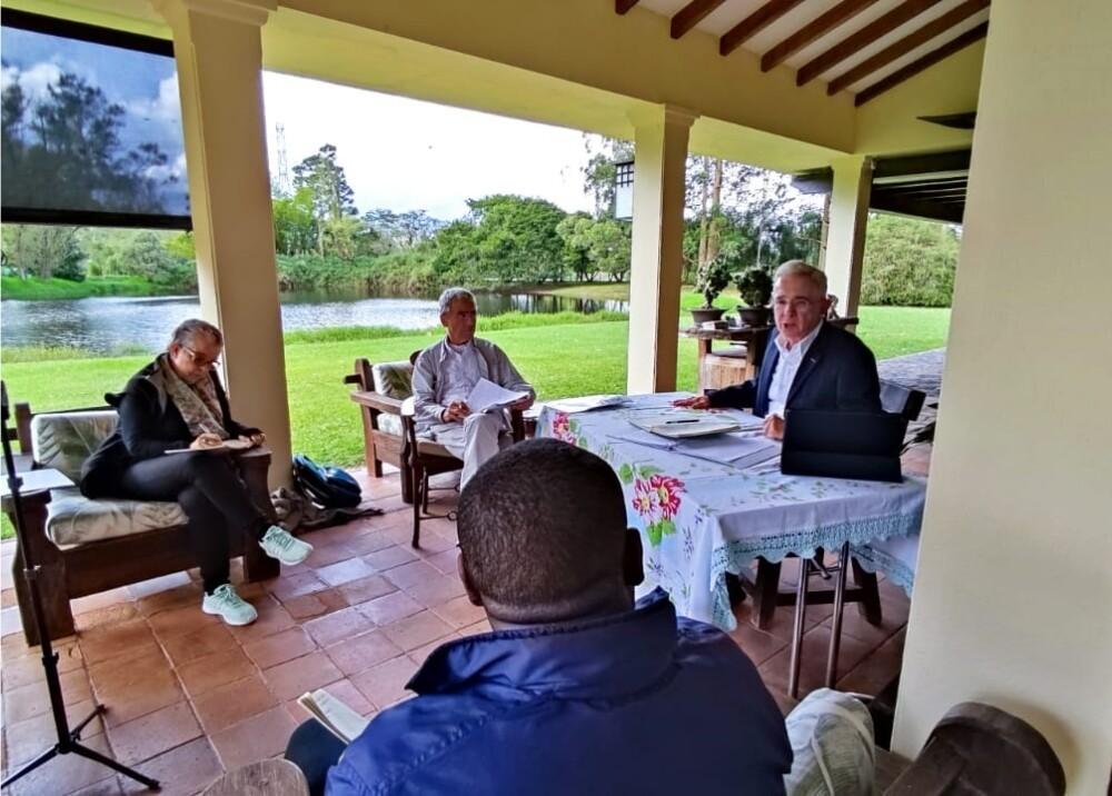Reunión Uribe y Comisión de la Verdad Foto suministrada.jpg