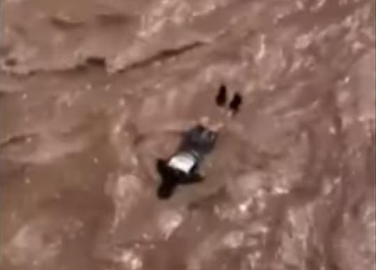 hombre se lanzó al río para escapar de la policía.png