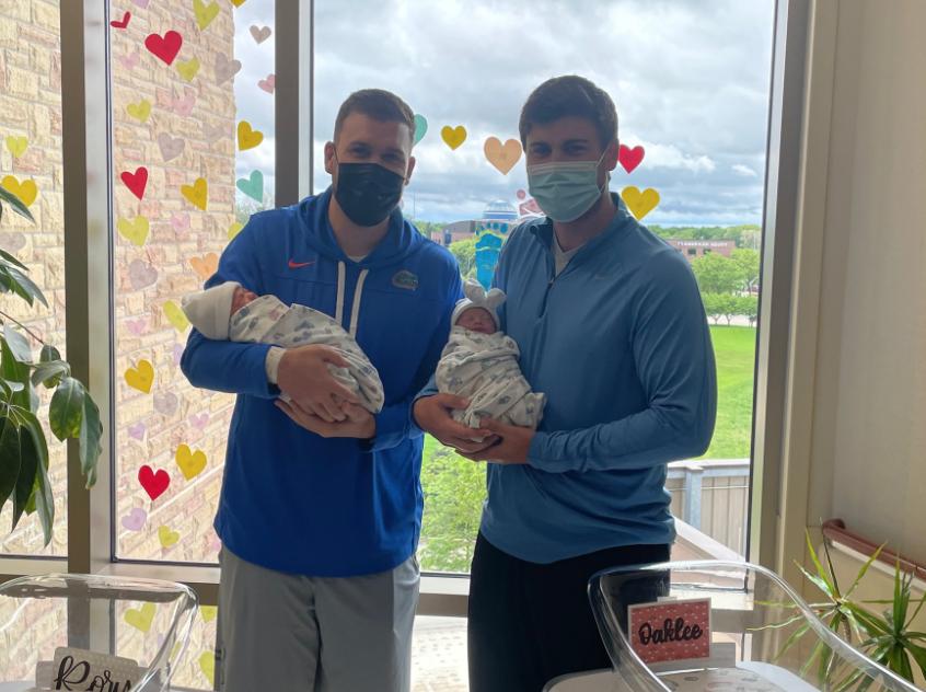 Hermanos que tuvieron bebé el mismo día