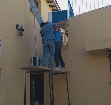 El fallido intento de dos hombres por intentar instalar aire acondicionado.PNG