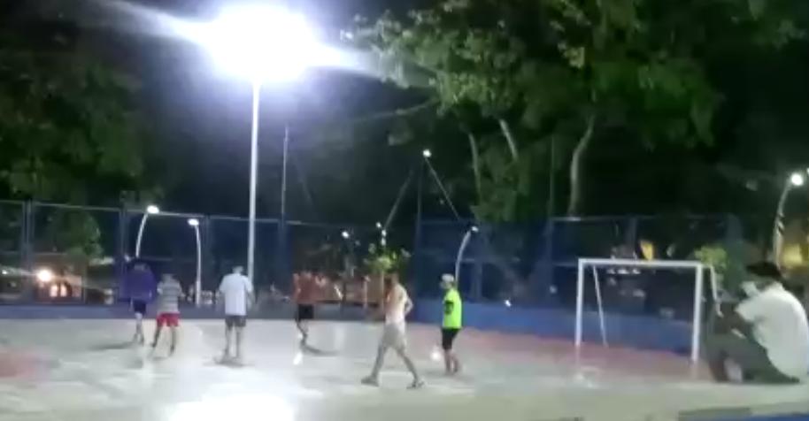 369539_Partido de fútbol en pleno toque de queda. Foto: Cortesía