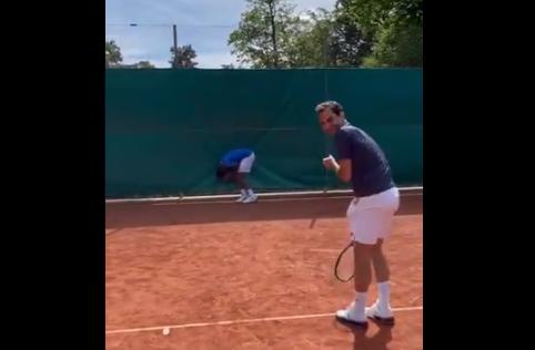 Roger Federer tuvo un gracioso descache en un entrenamiento.