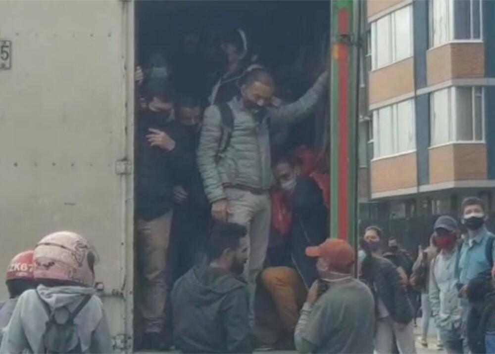 Personas movilizándose en camiones durante el paro del 28 de abril de 2021