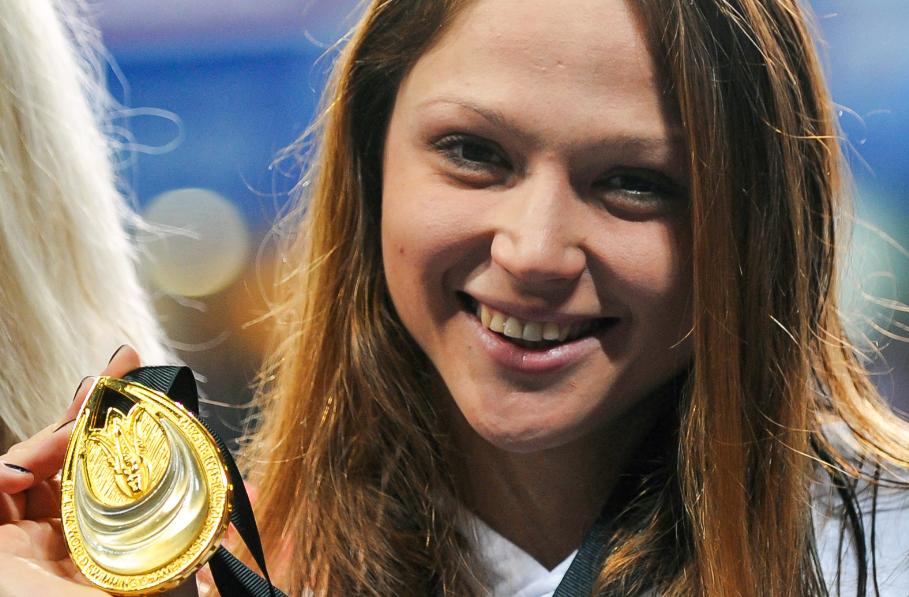 Aliaksandra Herasimenia subastó su medalla de campeona mundial de natación.