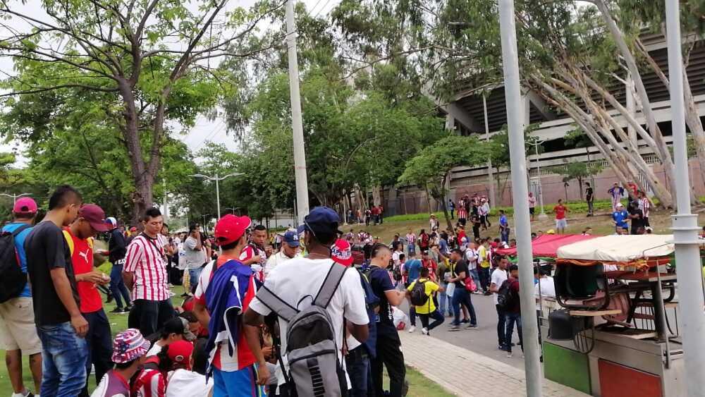 336119_Blu Radio/ Hinchas del Junior a la espera de abordar buses rumbo a Bogotá. Foto: BLU Radio