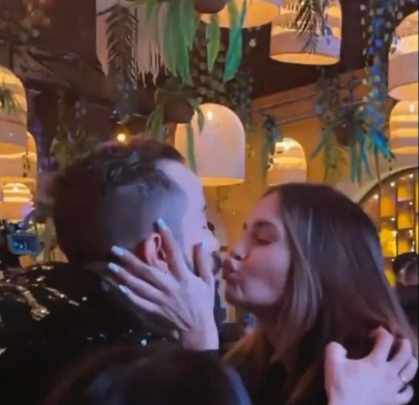 Lina Tejeiro besa a Camilo