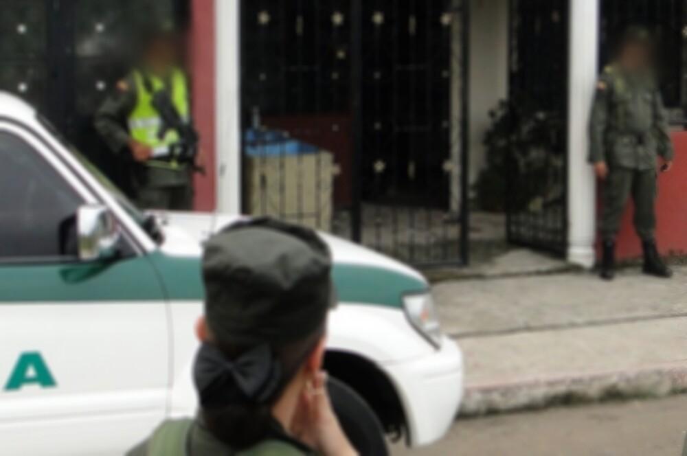 policia_casa_policia_en_una_casa.jpeg