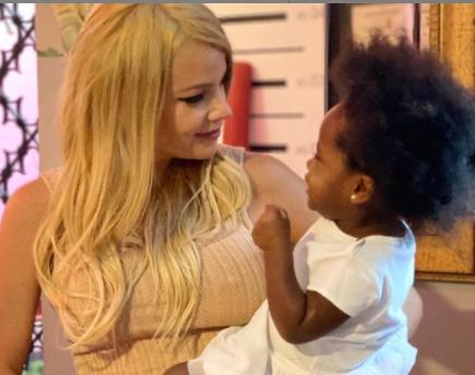 Johana Bahamón y la pequeña Evelyn.PNG
