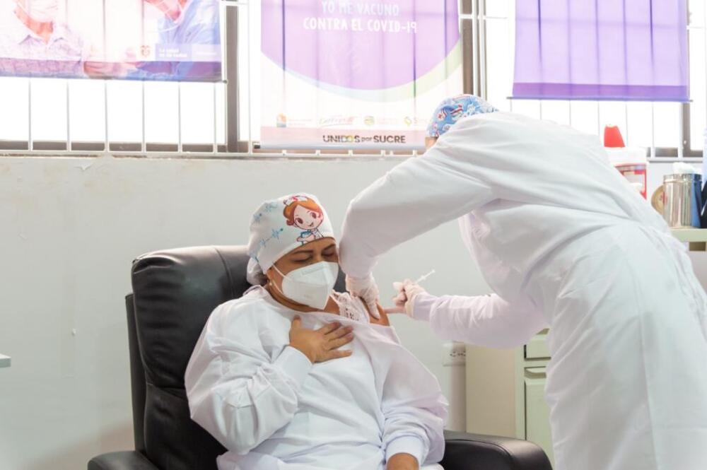 Verónica Machado al momento de ser vacunada