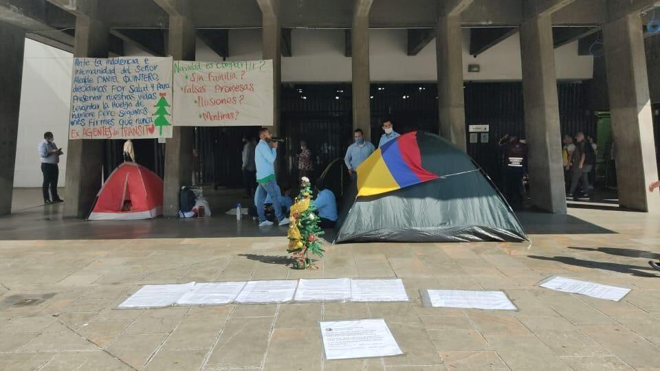 Cuatro exagentes de tránsito recibirán el 2021 protestando en la entrada de la alcaldía de Medellín