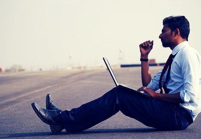 Hombre trabajando en su computador