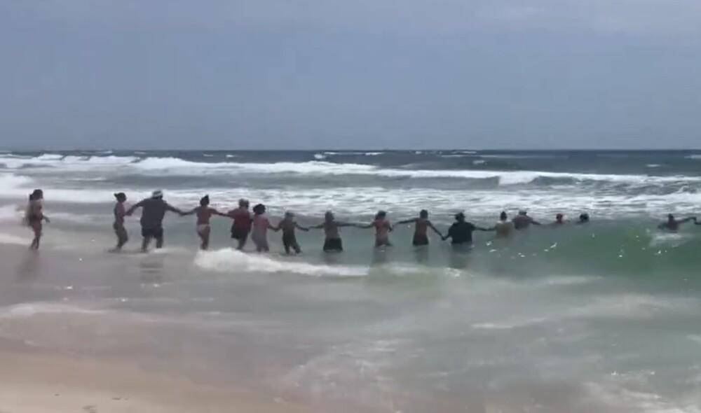 Cadena humana en playa de Estados Unidos