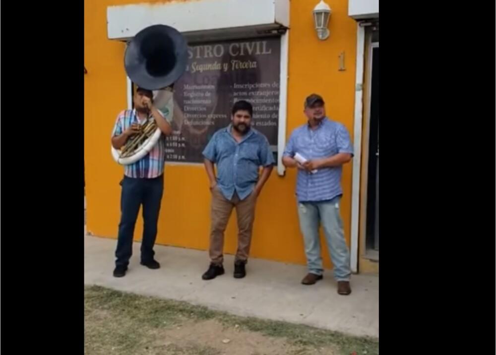 Hombre se divorció y contrató banda musical para celebrar Foto_ Captura de video.jpg
