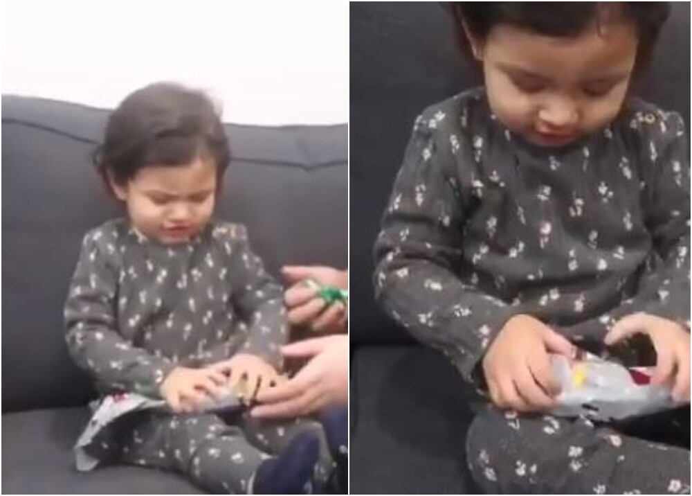 20220_Niña recibe un banano de Navidad / Foto: captura de video