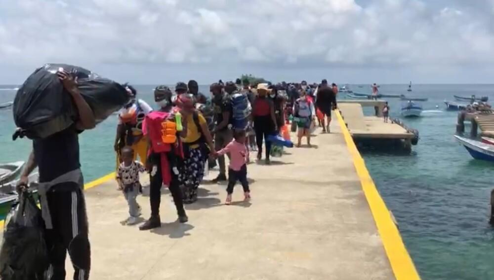 Migrantes llegando al puerto de Capurganá, Acandí, Chocó..jpg