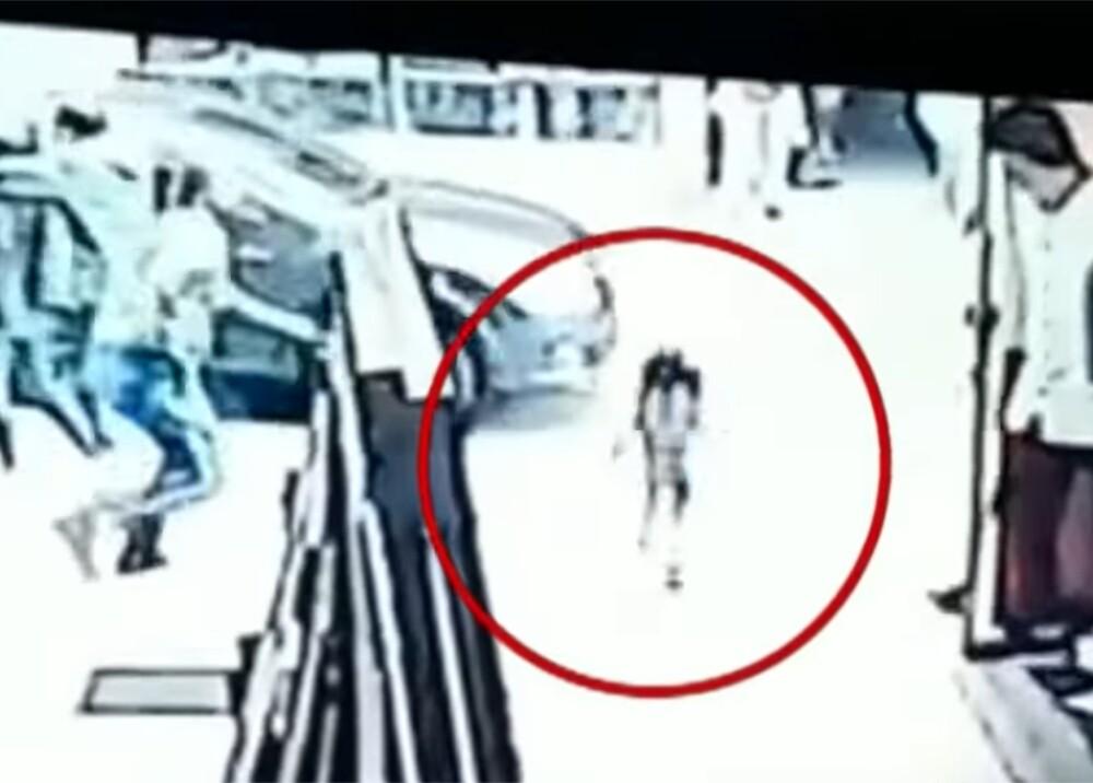 Vigilante salvó a una niña de ser atropellada por un carro en Pasto Foto Captura de video.jpg