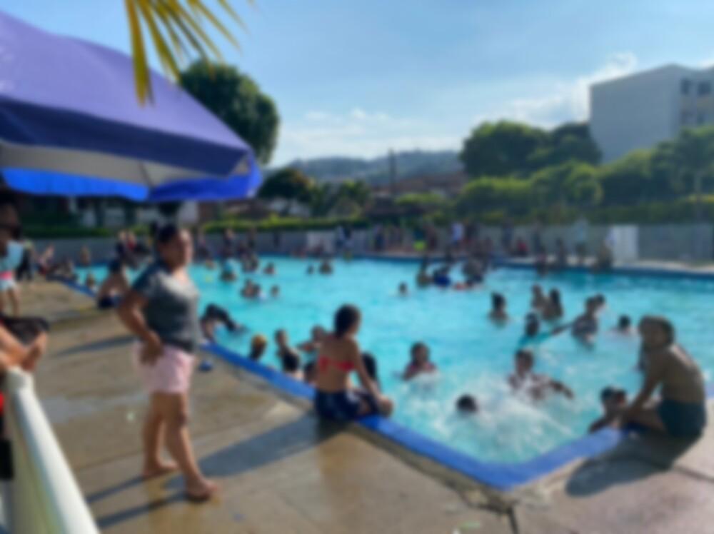 Personas nadando en polideportivo de Cali.jpg