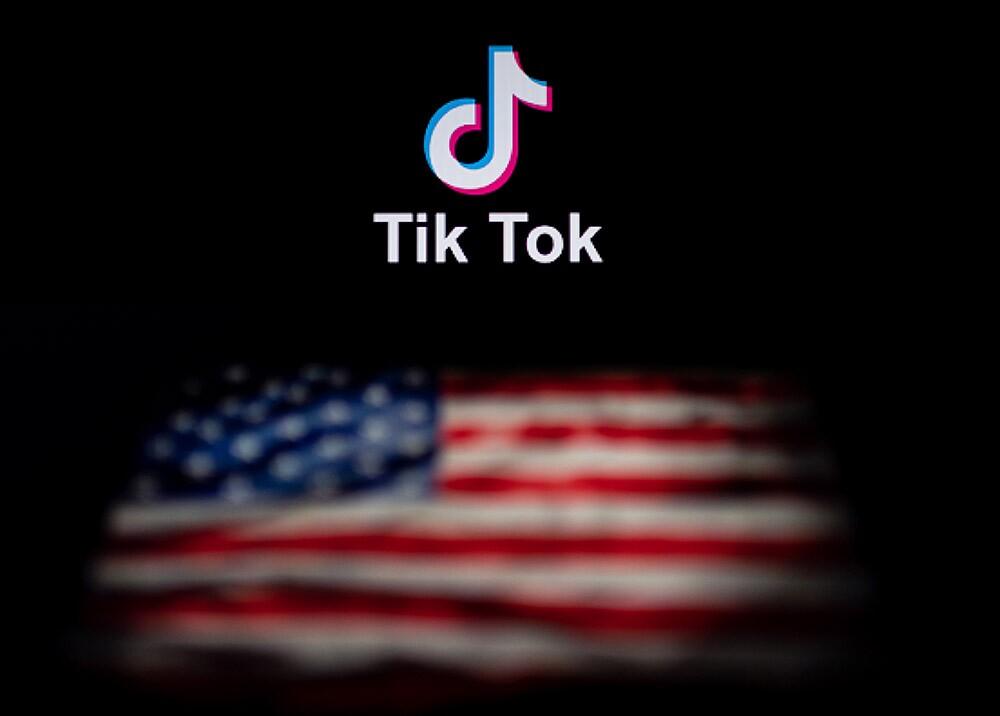 TikTok - bandera de EE.UU. // Foto: AFP