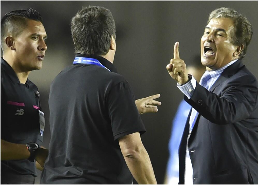 276702_Dura pelea entre los colombianos Pinto y el 'Bolillo' Gómez - Foto: AFP