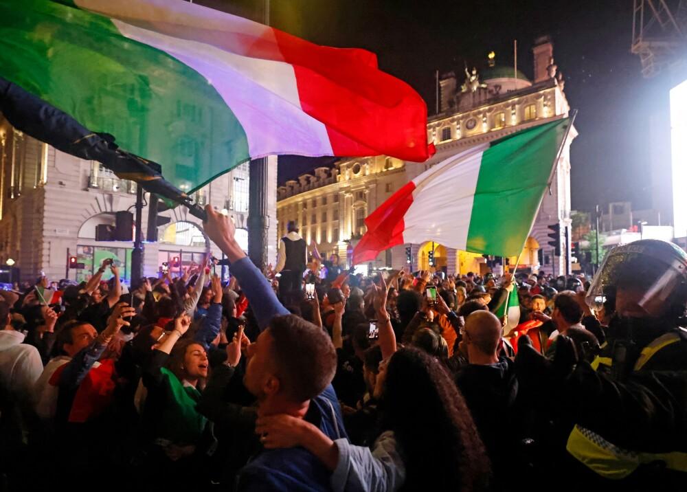 Hinchas celebrando triunfo italiano en Eurocopa Foto AFP.jpg