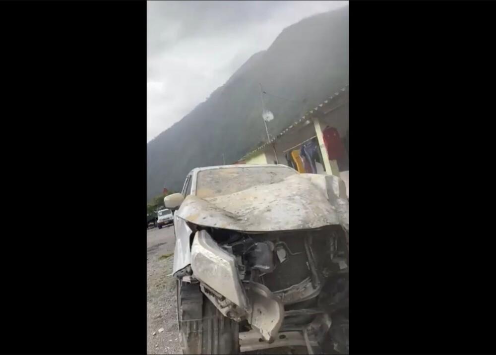 Carro aplastado por piedra Foto Captura video.jpg