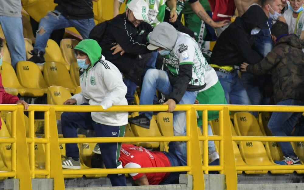 Hincha de Nacional atacando brutalmente a un seguidor de Santa Fe. AFP.jpeg