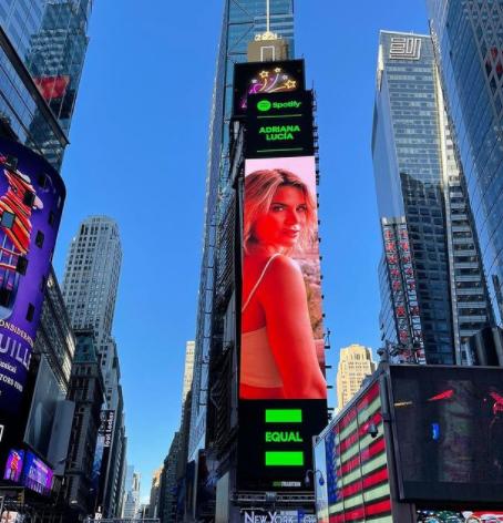 Adriana Lucía en la pantalla del Time Square