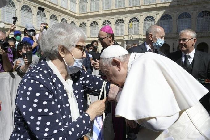Conmovedor gesto del papa con sobreviviente del Holocausto nazi