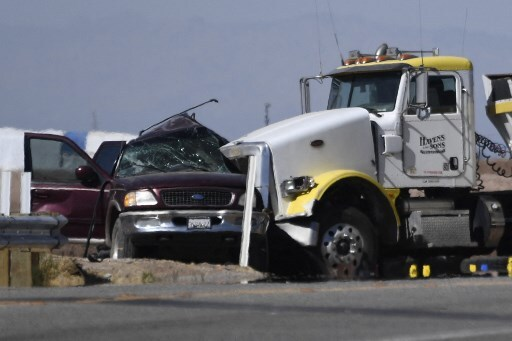 camión se estrelló contra camioneta en la que caben 8 personas, pero iban 25